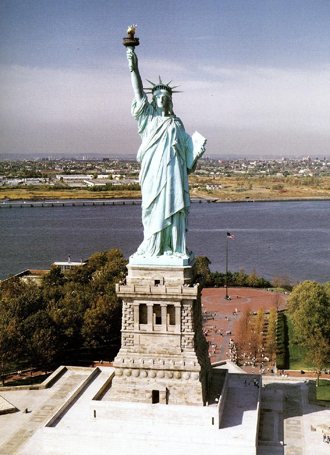 自由の女神像 右手はたいまつ、...